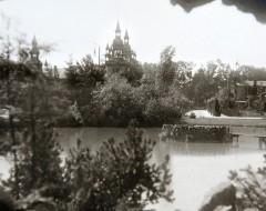 Фотография. Утиный пруд с видом на променад, слева — Концертный зал. 1904 г. Подарена «Обществом по охране и исследованию сов» (Германия).
