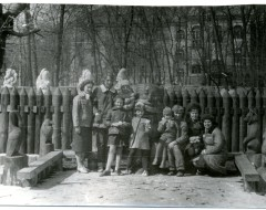 Сотрудники зоопарка с детьми. 1 мая 1982 г. Из частного фотоархива.