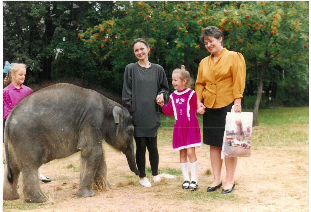 Слонёнок Марта с сотрудниками зоопарка 1995 г.