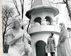 Фотография. Башня и Белоснежка . Детский городок. 1982 г. Из частного архива.